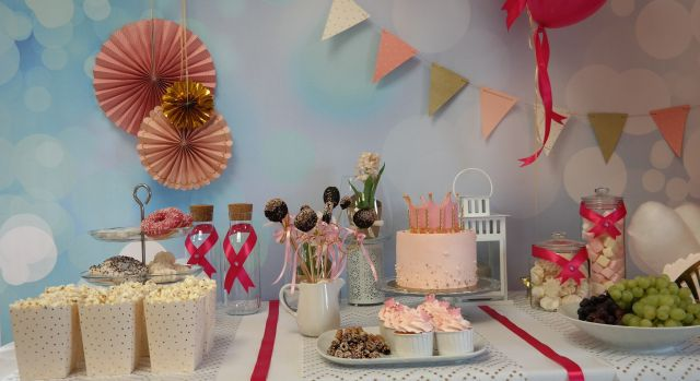 Przekąski na urodziny dziecka w postaci atrakcyjnego candy baru.